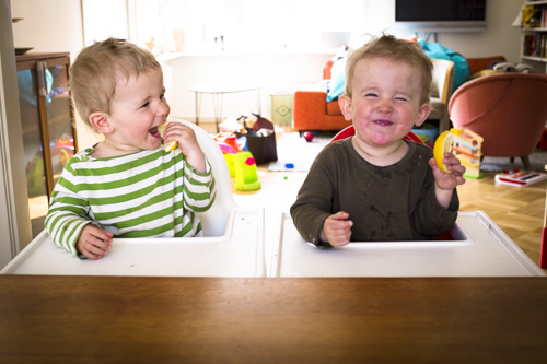 fuji-x100s_twins-eating-lemon