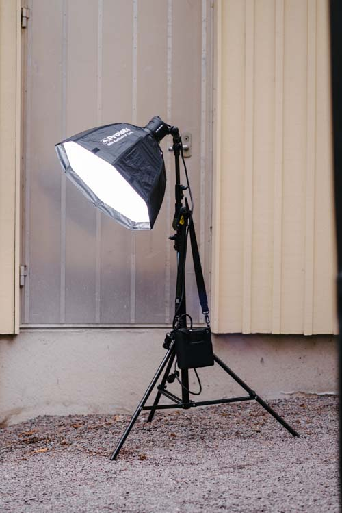 Profoto-B2-hängandes-på-manfrotto-bomstativ-420B-softbox-Octa-on-location