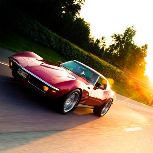 Corvette Stingray på motorväg i solnedgång. Fotograf Stefan Tell