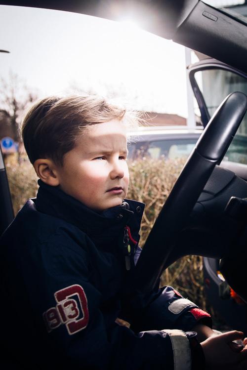 allvarligt-porträtt-av-barn-i-bil-profoto-b2-bare-bulb