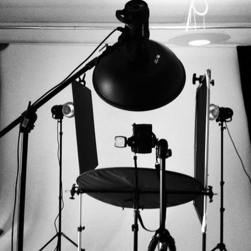 behind-the-scenes-rim-lights-studio-portrait
